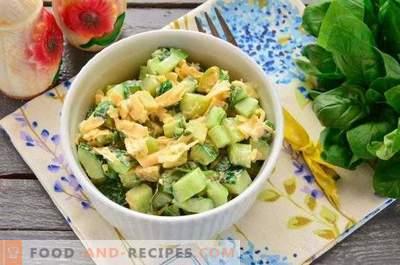 Salade met avocado en komkommer
